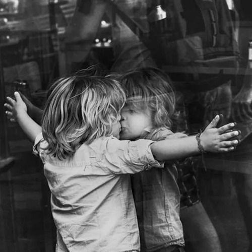 niño besando su reflejo