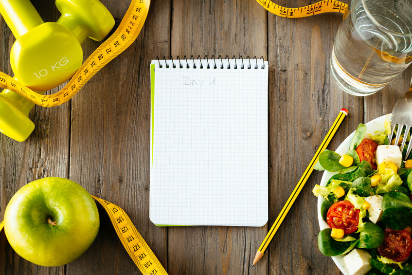 libreta de notas y lapiz con fitness y alimentación